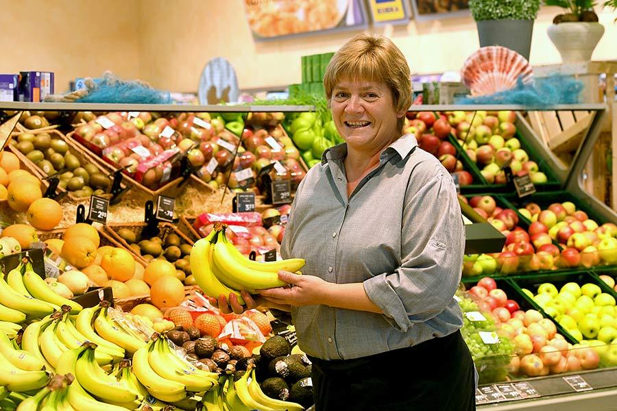 Mitarbeiterin für Obst und Gemüse - Frau Vogel